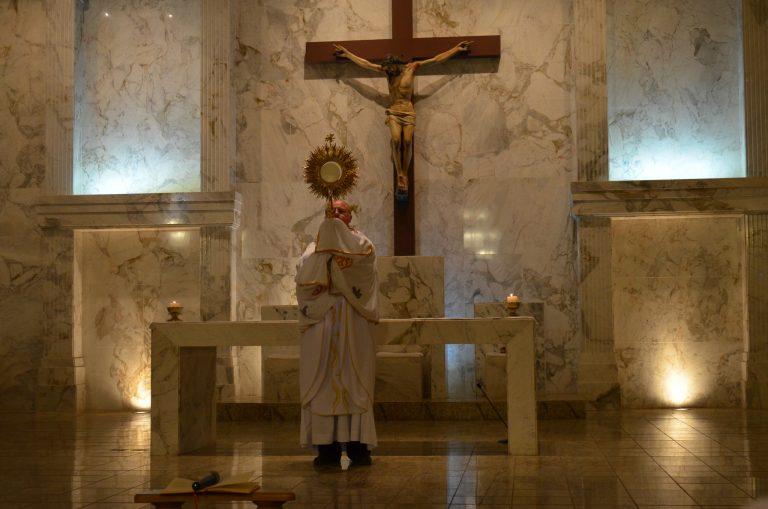 Read more about the article Primeira sexta-feira do mês é marcada com Adoração ao Santíssimo Sacramento